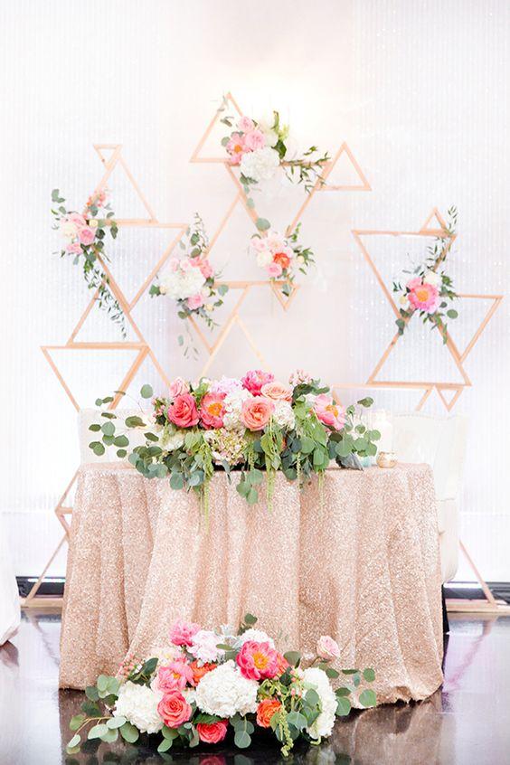 Dekoracje sali na wesele, Dekoracje za stołem pary Młodej, Miejsce na weselu dla Pary Młodej, Papierowe kwiaty, Ściana z pomponów, Ściana z z kwiatów, W stylu vintage i Boho dekoracja na wesele