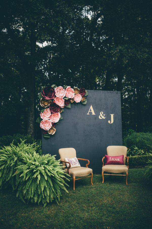 Dekoracje sali na wesele, Dekoracje za stołem pary Młodej, Miejsce na weselu dla Pary Młodej, Papierowe kwiaty, Ściana z pomponów, Ściana z z kwiatów, W stylu vintage i Boho dekoracja na wesele,