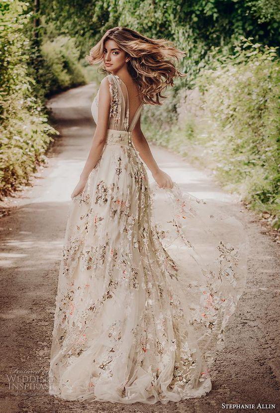 Suknie ślubne, Wiosenne suknie ślubne, kwiatowe suknie ślubne, suknie ślubne z kwiatami, kwiatowe pomysły na ślub wiosną, floral wedding dress, wedding dress with flowers, wedding trends, wiosenna panna młoda, ślub na wiosnę, wesele wiosną, spring bride