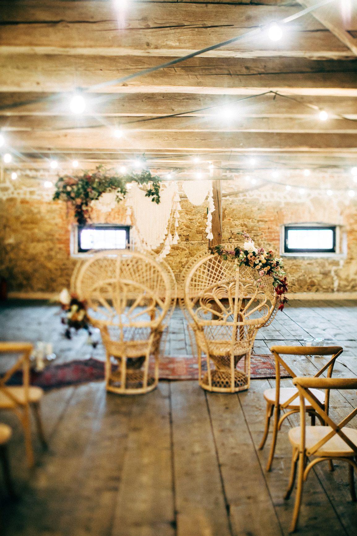 Dekoracje do ślubu, ślub w stylu boho, Krzesła ratanowe do ślubu, ślub w plenerze, ślub w Oaza Leńcze