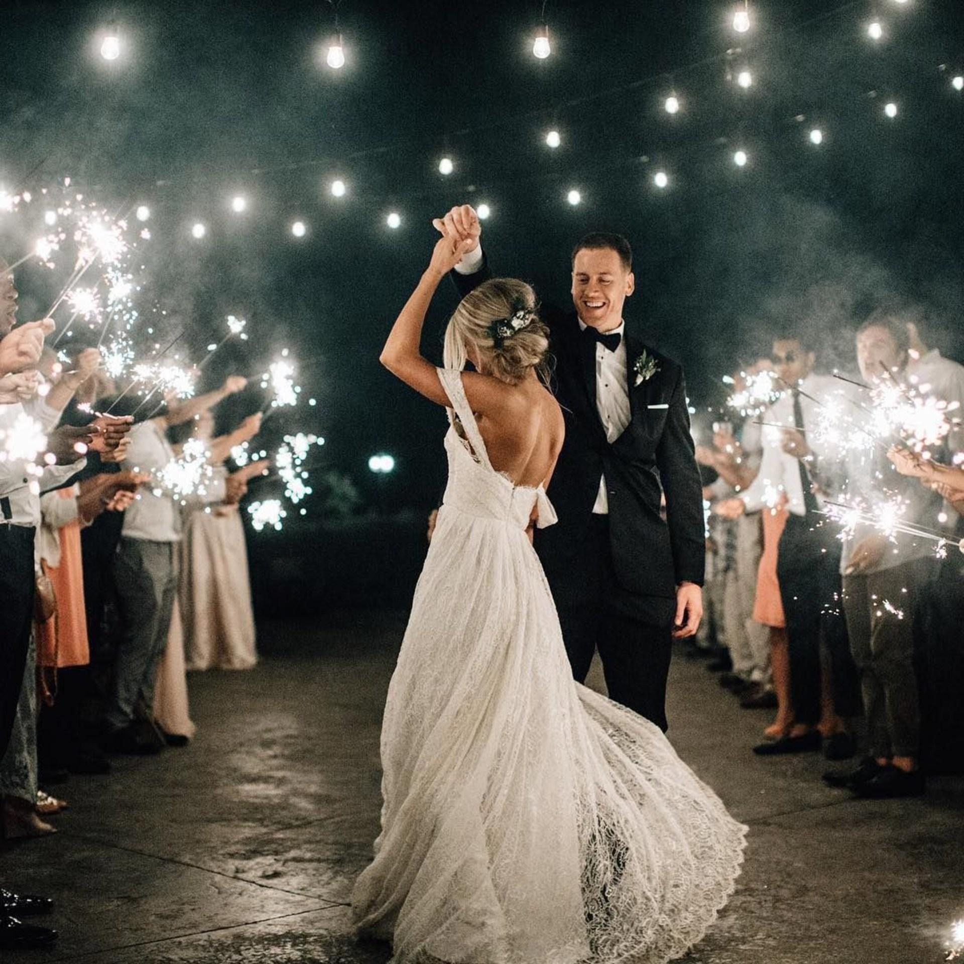 Pierwszy taniec, first dance, zwyczaje weselne, para młoda, taniec weselny, zimne ognie na wesele